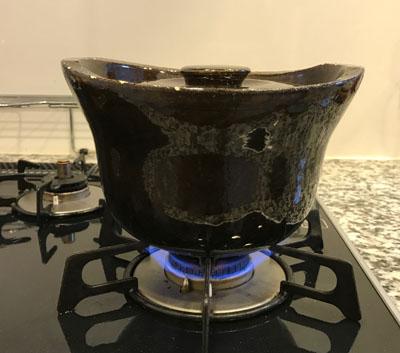 玄米を入れた土鍋の火加減