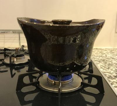 玄米を入れた土鍋は、とろ火で30分