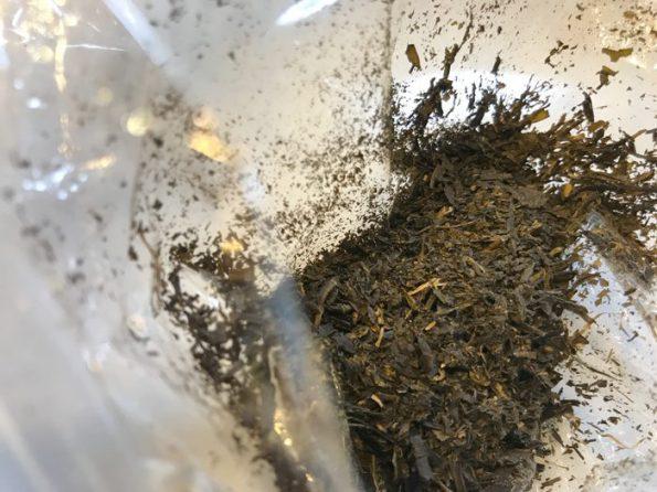 細かく砕いた茶殻